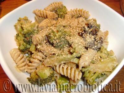 fusilli integrali con broccoli e prugne secche