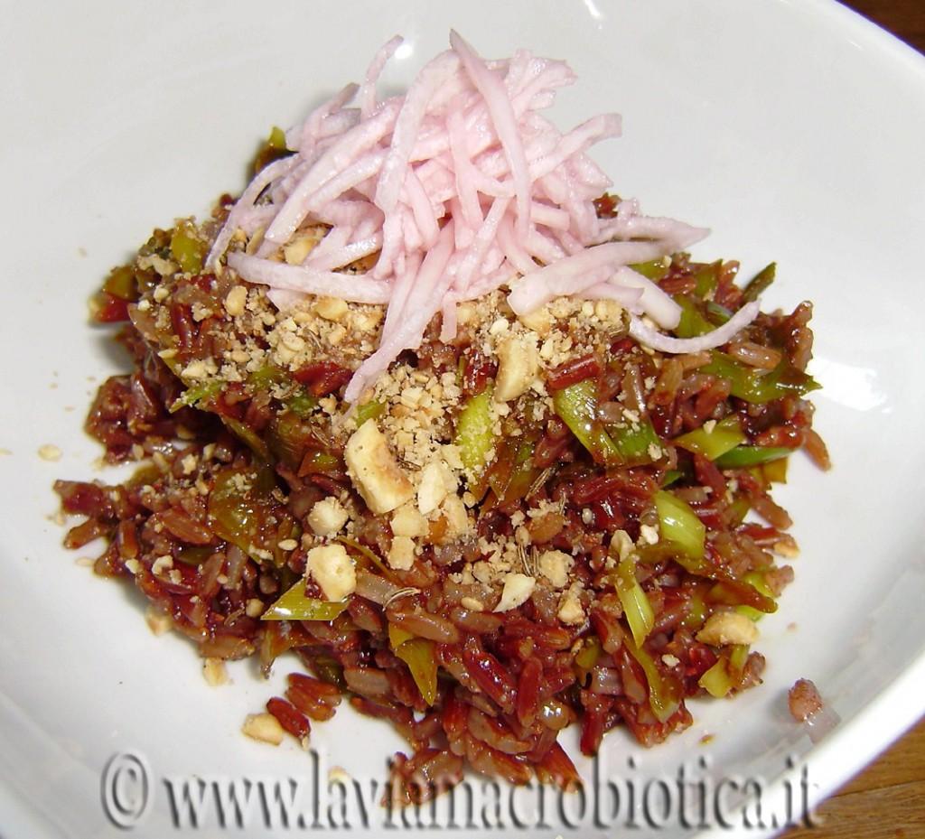 riso rosso integrale con porri nocciole e insalatini leggeri di daikon