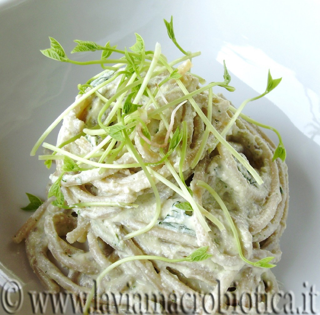 Spaghetti integrali di farro con crema di tofu e germogli di azuki