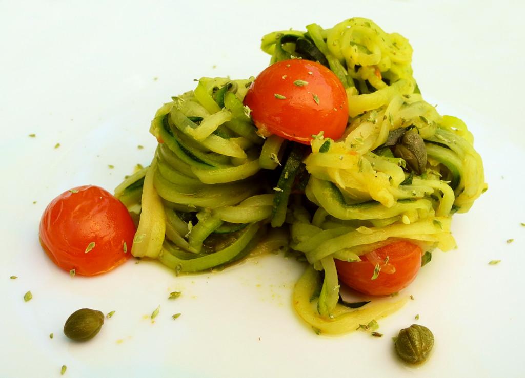 Spaghetti di zucchine con pomodorini e capperi