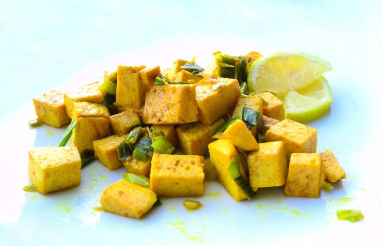 Tofu in padella con cipollotto, curcuma e limone