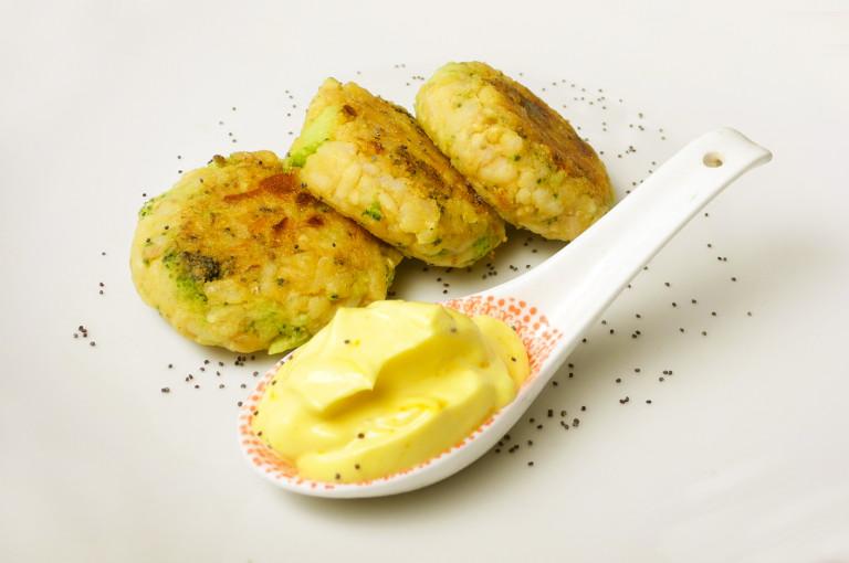 Crocchette del riciclo-riso integrale, broccoli, hummu e maio zafferano