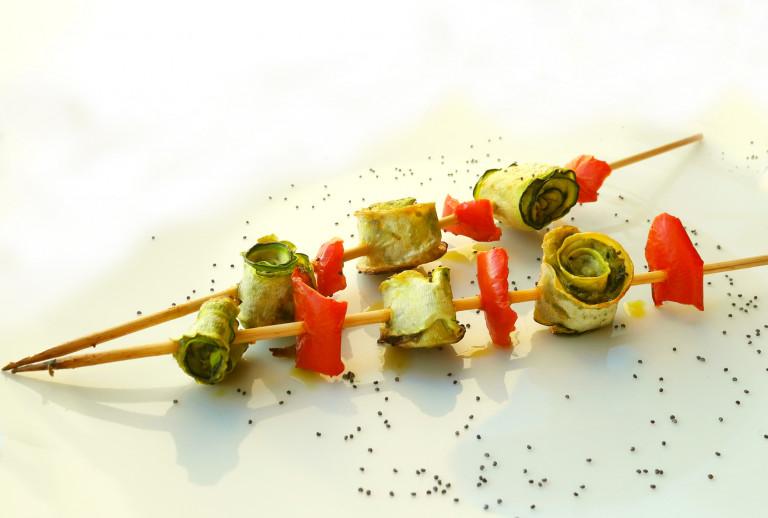 Spiedini di zucchine con crema di tofu al basilico