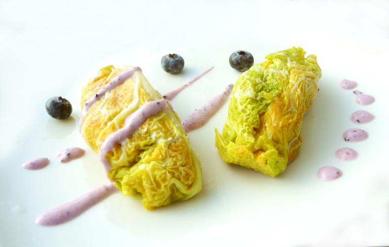 Involtini di verza con tempeh e salsa ai mirtilli